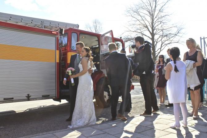 Brudpar i brandbil