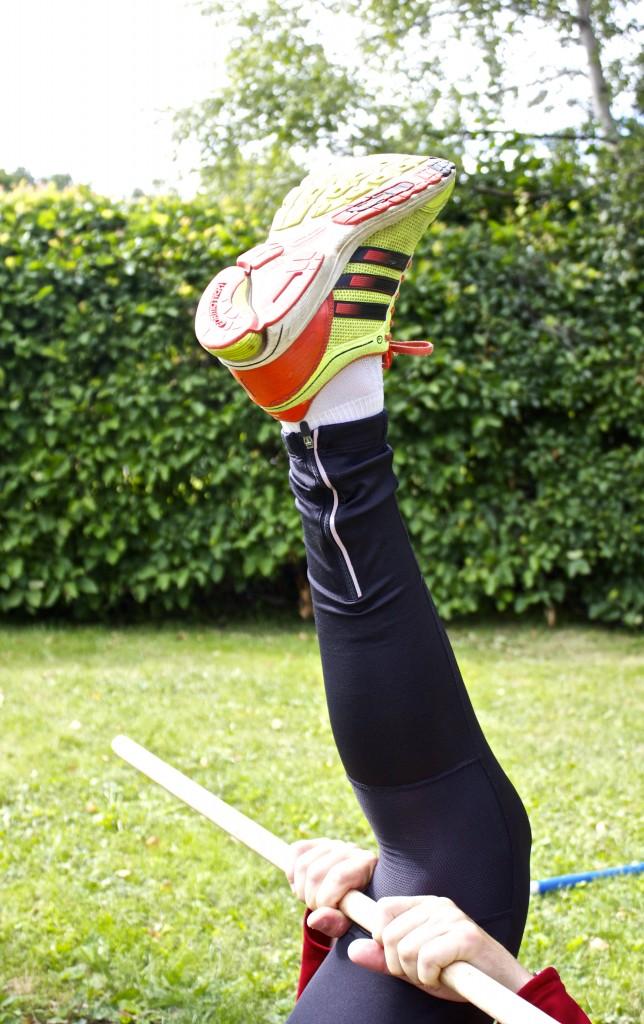 dynamisk stretchövning för baksida lår